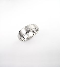 Poročni prstan. Wedding ring. Več, more - http://www.zlatarstvokoman.si/porocni-prstani-2017 #wedding #engagement #ring #proposal #isaidyes #komanjewelry #handmade #gold #diamonds #love #together #forever #joyeria #jewelrydesign #jewelry #fashion #showmeyourrings #alternativebridal #zarocni #porocni #prstan #zlato #diamanti #ljubeze #skupaj #zavedno #nakit #moda #izdelanorocno