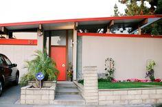 plant on stool Eichler home - Orange California wall kidosaki architects modern house design Home Design, House Design Photos, Modern House Design, Design Room, Mid Century Exterior, Modern Exterior, Exterior Colors, Mid Century House, Mid Century Modern Design