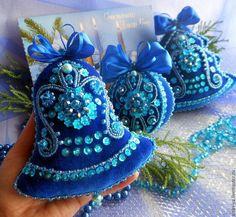 Новости Sequin Ornaments, Felt Ornaments Patterns, Fabric Ornaments, Beaded Christmas Ornaments, Handmade Christmas, Christmas Sewing, Christmas Crafts, Felt Christmas Decorations, Felt Embroidery