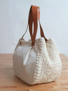 Crochet bag with white details for you to share with Bolsa de crochê. Crochet bag with white details for you to share with Bolsa de crochê com detalhes branca para você compartil Crochet Handbags, Crochet Purses, Crochet Doilies, Crochet Bags, Free Crochet, Crochet Pattern, Learn Crochet, Doilies Crafts, Crochet Wallet