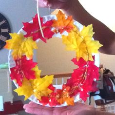Harvest wreath!  $1 pack of leaves from craft store, raffia, and paper plate. Harvest Festival Crafts, Harvest Crafts, Harvest Farm, Harvest Time, Fall Harvest, Harvest Activities, Autumn Activities, Harvest Party Decorations, Fall Preschool