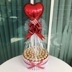 Candy Bouquet Diy, Diy Bouquet, Valentines Sweets, Valentine Gifts, Diy Crafts For Gifts, Holiday Crafts, Fruit Flower Basket, Chocolate Flowers Bouquet, Valentine's Day Gift Baskets