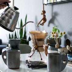 Cafetière Chemex d'une capacité de 6 tasses. Livrée avec une boite de 100 filtres de la même marque.#chemex #cafetierechemex