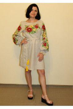 Ніжна бежева сукня прямого крою з етномотивами. Убрання оздоблено яскравими  вишитими хрестиком квітами 7cd8ab7d1222b