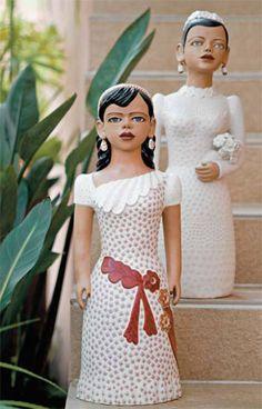 """As bonecas do Vale do Jequitinhonha são singulares: os traços e formatos não são reais e essa não é a intenção de Maria José Gomes da Silva. """"Quando tento copiar o rosto de alguém, não sai nada. Tenho de fazer completamente esquecida"""", explica Zezinha. Elas estão à venda na Galeria Pontes. A noiva custa R$ 2 750 (58 cm)."""