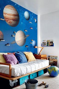No quarto planetário, os livros ficam dispostos em uma caixa com frontão de acrílico ao lado da cama. Dessa forma, fica fácil localizar os exemplares pela capa. Projeto da arquiteta carioca Leila Bittencourt