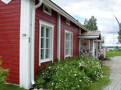 Paltaniemellä sijaitseva Eino Leino -talo on kesäisin vilkas turistikohde. Finland Culture, Black Accents, White Trim, Design Consultant, House Colors, Barn, Koti, Exterior, Windows