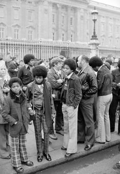 The Jackson 5 outside Buckingham Palace in From left Randy (not in the group at the time), Michael, Marlon and Jackie with his back to camera Rick James, The Jackson Five, Jackson Family, Smokey Robinson, Marvin Gaye, Stevie Wonder, Diana Ross, Costumes Bleus, The Jacksons