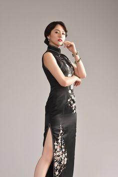 長澤まさみが映画マニアに色仕掛け?「コンフィデンスマンJP」【プロデューサーに聞く(4)】 (2/2) | テレビ・芸能ニュースならザテレビジョン Oriental Dress, Oriental Fashion, Japanese Beauty, Asian Beauty, Chinese Gown, Cheongsam Wedding, Prity Girl, Cute Asian Girls, Photos Of Women