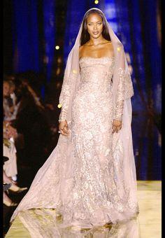 Naomi Campbell pour le défilé Elie Saab haute couture automne-hiver 2003-2004  http://www.vogue.fr/thevoguelist/elie-saab-1/257
