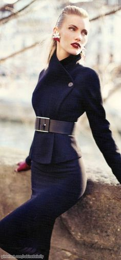 Gucci jacket, skirt & belt - Chanel gloves. Blusa com cinto