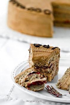 Kawowy tort orzechowy z malinami