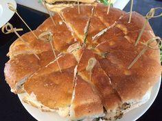 Turks brood gevuld met een sausje en gekruide kip uit de oven Halal Recipes, Backpacking Food, Lunch Snacks, High Tea, No Cook Meals, Food Inspiration, Tapas, Dinner Recipes, Good Food