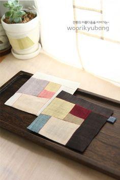안녕하세요. 이웃님들~` 잘 지내고 계셔요? 5월이라고는 믿기 힘든 더위기 찾아오고 있네요.. 7월보다 6월... Korean Crafts, Tea Coaster, Fabric Board, Table Runner Pattern, Korean Traditional, Small Quilts, Mug Rugs, Fashion Sewing, Hand Quilting