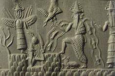 Sumer - Empreinte de sceau-cylindre de la période d'Akkad représentant un groupe de divinités identifiables par leur tiare à corne et leurs attributs: de gauche à droite, Inanna ailée, Utu surgissant d'une montagne, Enki avec les flots jaillissant par-dessus ses épaules, et son vizir le dieu aux deux visages Isimud.