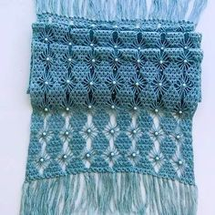 Love the pattern but unfortunately no pattern given. Crochet Poncho, Knitted Shawls, Crochet Scarves, Crochet Stitches, Knitting Projects, Crochet Projects, Crochet Bouquet, Crochet Gifts, Crochet Shawl