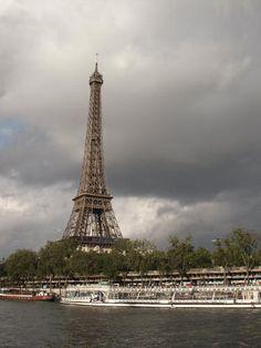 Escapada romántica en Batobus por el Sena, Tower, Building, Travel, Romantic Getaways, Viajes, Computer Case, Buildings, Towers, Trips