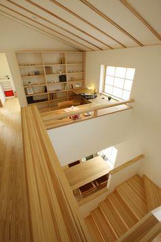 通り抜けるだけの2階ホールに役割を。本棚をつけたり、カウンターを設けたりすることで、階段を上がった先のホールも家族の居場所に。  廊下だけの空間をなるべく少なくすることで、延べ床面積よりも広く感じる家に。     #広がり間取り #小さくつくって広く住む #共有スペース #2階ホール #スタディコーナー #スタディスペース #書斎 #造作カウンター #造作家具 #造作棚 #造作本棚 #勾配天井 #吹き抜けのある家 #木の家 #自然素材の家 #ピュアヴィレッジ長岡 #新潟注文住宅 #ナレッジライフ Home Office Design, House Design, Japanese Modern House, Jungle Room, Japanese Interior Design, Workspace Inspiration, Home Furnishings, House Plans, Living Spaces