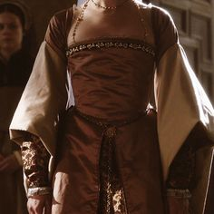 January: the news arrives at court. It filters out from the king's rooms then runs riot up staircase to the rooms where the queen's maids are dressing, and through the cubby holes where kitchen. Tudor Fashion, Renaissance Fashion, European Fashion, Princess Elizabeth, Princess Mary, Movie Costumes, Cool Costumes, Catherine Of Aragon, Jonathan Rhys Meyers