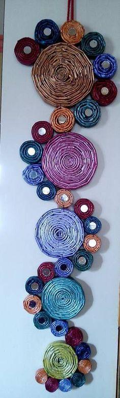 decoração artesanato com jornal com círculos e pequenos espelhos