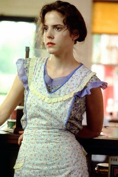 Mary Louise Parker as Ruth Jamison in Fried Green Tomatoes (I get told I look like this character at least 3 times a week :D) Mary Louise Parker, Fried Green Tomatoes Movie, Fried Tomatoes, Old Movies, Great Movies, Vintage Movies, Salsa, Humble Pie, Apron