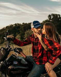 engagement photos motorcycle engagement photos couple summer motorcycle golden hour dirty boots and messy hair steamy couple adventure tattoos Biker Photoshoot, Couple Photoshoot Poses, Couple Photography Poses, Pre Wedding Photoshoot, Couple Shoot, Engagement Photography, Wedding Posing, Tattooed Couples Photography, Photography Photos