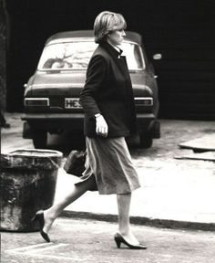 1981-02-23 Diana walking in London on the day before the engagement was announced