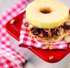 Deze 'appelbroodjes' zijn vooral voor kinderen reuze leuk om te maken en mee te nemen als snack of in de lunchtrommel naar school. In plaats van gewoon alledaags brood is de appel het brood en 'beleg' je de appel. Een uiterst originele lunch en een goede bron van koolhydraten voor actieve kleintjes. De amandelpasta en …