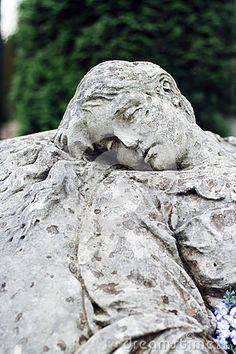 Vieille statue sur la tombe dans le cimetière de Lychakivskyj de Lviv, Ukrain