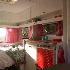 Kijk mee in de hippe Kip: met heel veel inspiratie voor een gepimpte caravan, keukentje plakfolie plakplastic vast bed #leukmetkids #vintage #retro #caravan #pimpen #trailer #kamperen #camping