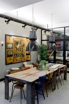 Comedor Industrial personalizado. Iluminación sobre metal. Lamparas industriales. Mesa #cerrajería madera soldaduras metálicas.