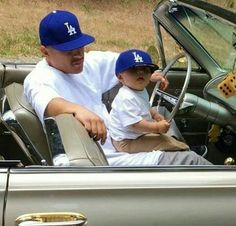 Reminds me of my Babe and our lil guy. he loves helping dad park the cars. Arte Cholo, Cholo Art, Chicano Love, Chicano Art, Estilo Gangster, Estilo Chola, Old School Pictures, Arte Lowrider, Father And Son