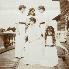 Empress Alexandra Feodorovna cercada por suas filhas as Grand Duchesses Tatiana Nikolaevna, Marie Nikolaevna, Olga Nikolaevna e Anastasia Nikolaevna, no Lower Dacha (Lower Palace), em Peterhof, em 1913.