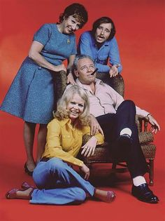The cast of the television series All in the Family in Carroll OConnor as Archie Bunker, Jean Stapleton as Edith Bunker, Sally Struthers as their daughter as Gloria Bunker Stivic Rob Reiner as Sallys husband Mike Meathead Stivic. Jean Stapleton, Sally Struthers, All In The Family, Family Tv, Old Shows, Vintage Tv, Old Tv, Classic Tv, Theme Song