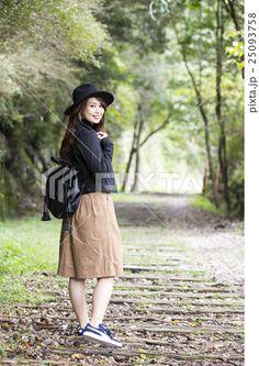 兵庫県武田尾廃線跡のハイキングコースを散策する笑顔の帽子をかぶつた若い女性