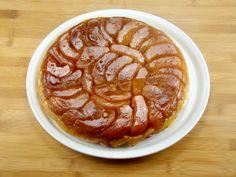 La tarte tatin è un celebre dolce francese a base di mele caramellate e pasta brisè. Scopri nel video la ricetta originale e tutti i consigli per servirla.