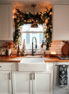 christmas home DIY Kitchen Christmas Garland over the Sink Rustic Kitchen, Diy Kitchen, Kitchen Cabinets, Kitchen Ideas, Kitchen Inspiration, Kitchen Designs, Kitchen Hacks, Kitchen Worktop, Upper Cabinets
