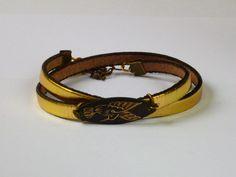 Bracelet en cuir jaune.