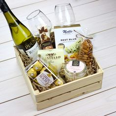 Подарочный набор в ящике с вином Homemade Gift Baskets, Wine Gift Baskets, Homemade Gifts, Wine Presents, Wine Gifts, Cadeau St Valentin, Valentine Gifts, Christmas Gifts, Birthday Basket