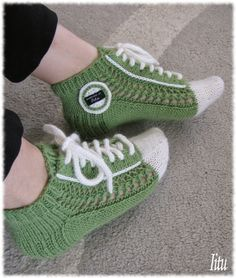 On nyt tullut niin p Knitting Paterns, Knitting Socks, Knitting Projects, Hand Knitting, Knitted Slippers, Crochet Slippers, Girl Doll Clothes, Diy Clothes, Crochet Baby