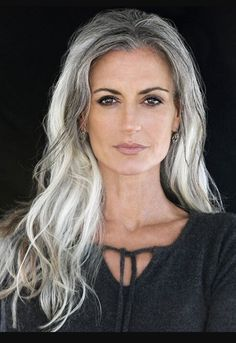 Tips with regard to great looking women's hair. An individual's hair is without a doubt exactly what can easily define you as a person. To numerous men and women it is important to have a great hair do. Hairstyle For Round Face. Hair and beauty. Pelo Color Plata, Long Gray Hair, Grey Hair Over 50, Long Silver Hair, Gold Hair, Silver Grey Hair Gray Hairstyles, Grey Hairstyle, Decent Hairstyle, Style Hairstyle