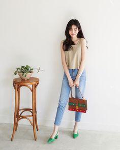 Có bao giờ bạn nghĩ quần jeans với giày cao gót lại hợp gu thế này? - Ảnh 6. Korean Fashion Pastel, Korean Fashion Minimal, Korean Fashion Street Casual, Korean Fashion Fall, Korean Fashion Trends, Korea Fashion, Girls Fashion Clothes, Fashion Pants, Fashion Outfits