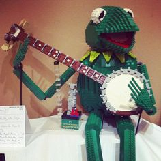 It's not easy being green, but it's easy to have fun with LEGO. LEGO art-Kermit The Frog. Lego Toys, Lego Duplo, Jim Henson, Les Muppets, Modele Lego, Mega Pokemon, Lego Sculptures, Lego Animals, Amazing Lego Creations