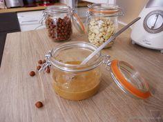La pâte praliné peut vous servir pour faire des chocolats type «Ferrero Rocher», une crème pralinée ou encore pour garnir vos macarons. Elle n'est pas très compliquée …