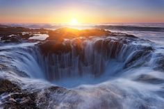 On the coast of Cape Perpetua, Oregon, United States of America, there is an amazing natural phenomenon that be hunted photographers. Its name is Thor's Well. All Nature, Science And Nature, Sunset Photography, Landscape Photography, Thors Well Oregon, Beautiful World, Beautiful Places, Beautiful Scenery, Beautiful Sunset