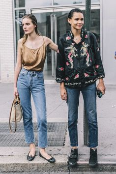 Tilda Lindstam and Binx Walton Fast Fashion, Fashion Week, Look Fashion, Fashion Outfits, Fashion Trends, Modest Fashion, Street Fashion, Street Style Outfits, Nyfw Street Style