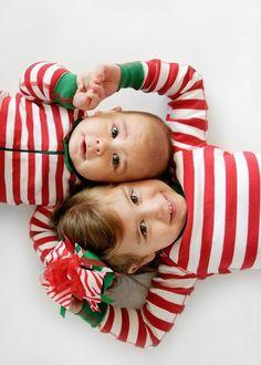 dos hermanos vestidos con pijamas navideños