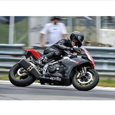 RSV4 in action Photo: @marqari Send us your pictures and videos by direct message #motorbike #motorcycle #sportsbike #yamaha #honda #suzuki #kawasaki #ducati #triumph #victory #buell #aprilia #harleydavidson #r1 #r6 #cbr #gsxr #fireblade #hayabusa #bmw #ktm #s1000rr #rsv4 #track #wheelie #bikelife #Twowheelpassion