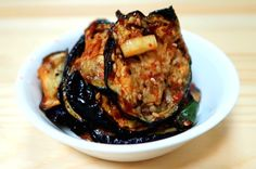 Korean Grilled Eggplant is an awesome way to eat eggplant. Grill it up and marinate in a simple soy-sauce marinade. Eat it as a side dish with hot rice! Spicy Eggplant, Grilled Eggplant, Eggplant Recipes, Eggplant Side Dishes, Ways To Cook Eggplant, Banchan Recipe, Korean Side Dishes, Bulgogi, Korean Recipes