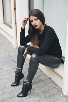 Cute Girl in superb black faux Leather Leggings and stylish Heels Mode Des Leggings, Leggings And Heels, Shiny Leggings, Leggings Fashion, Women's Leggings, Leggings Are Not Pants, Tights, Leather Pants Outfit, Leather Trousers